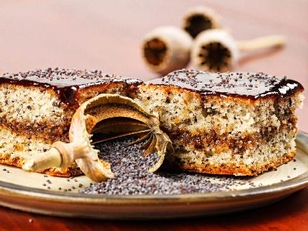 Хубав вкусен кекс / сладкиш със сладко по средата от сини сливи, масло и орехи - снимка на рецептата